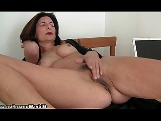 Granny Cougar Mammy Mature HD Natural Shaved Pussy