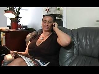 เป็นผู้ใหญ่ หญิงนิโกรที่เลี้ยงลูกฝรั่ง